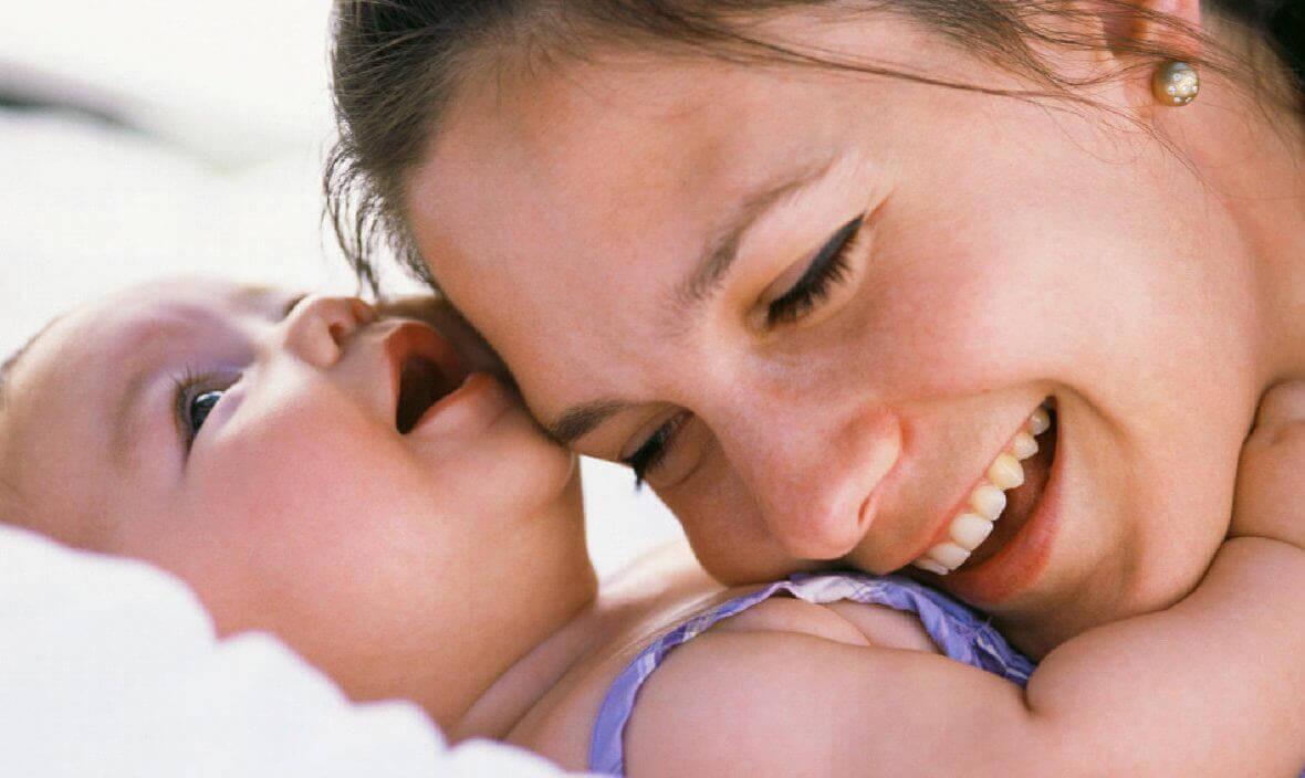 Mamma ler med barn