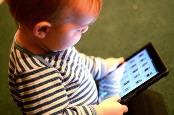 Bebis med iPad