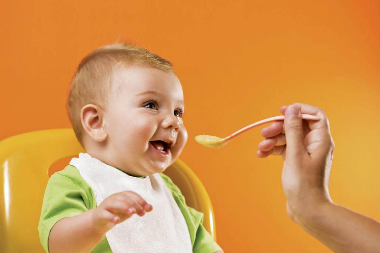 Bebis matas med sked
