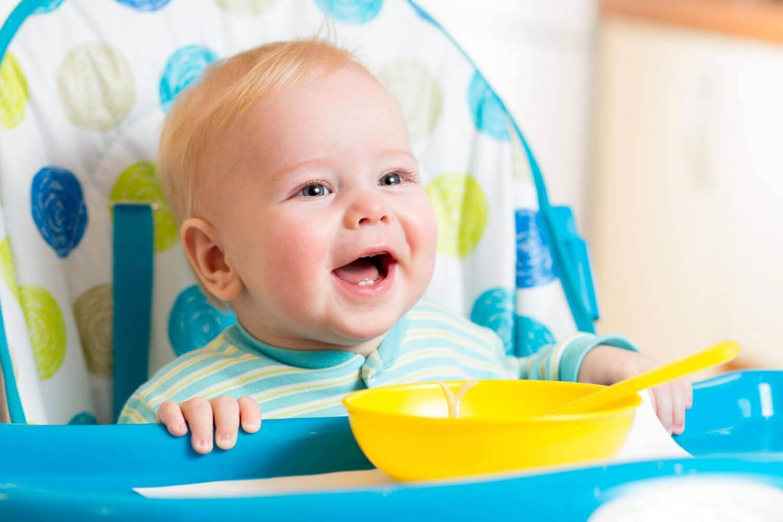 Glad bebis vid skål