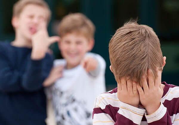 Vad det innebär att bli mobbad och hur du hjälper barnet