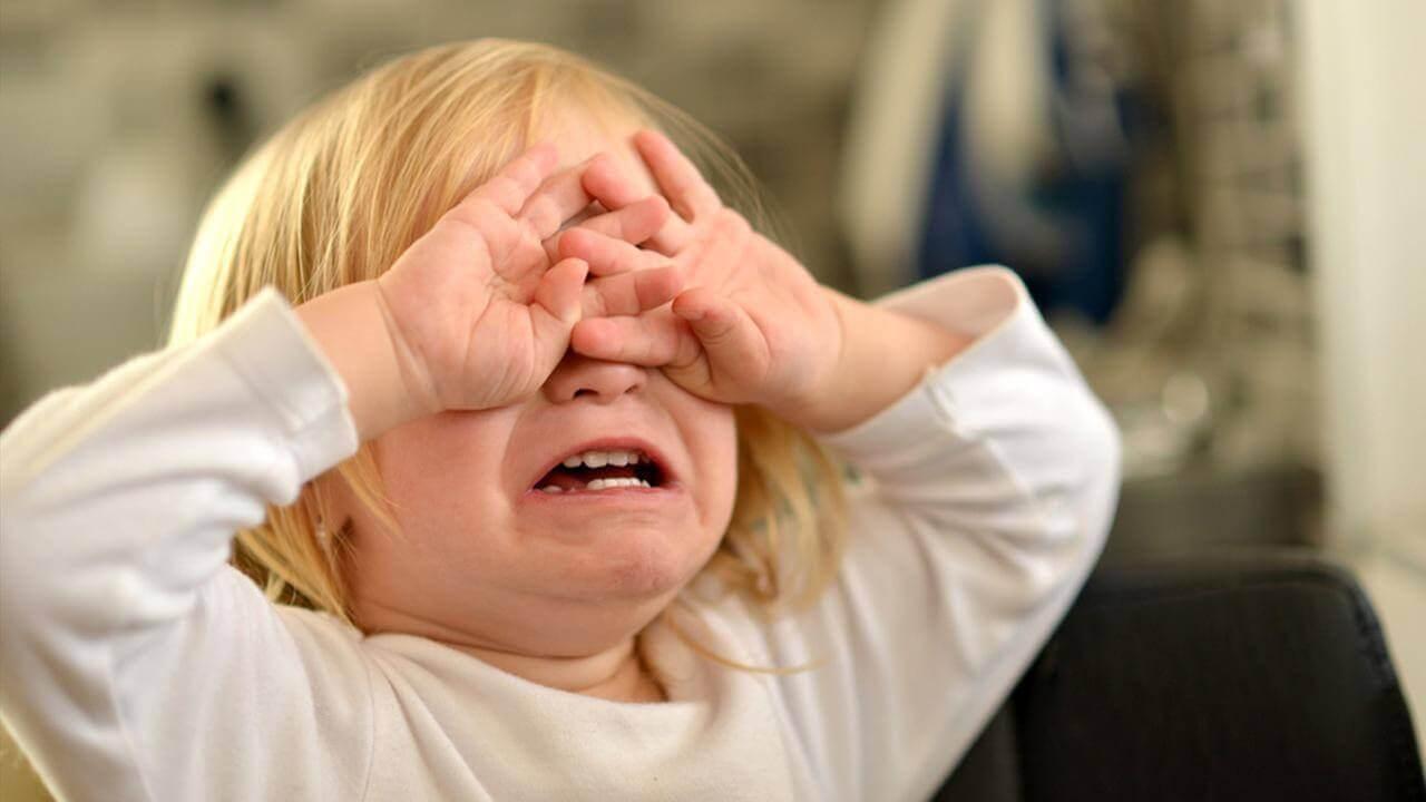 Flicka gråter