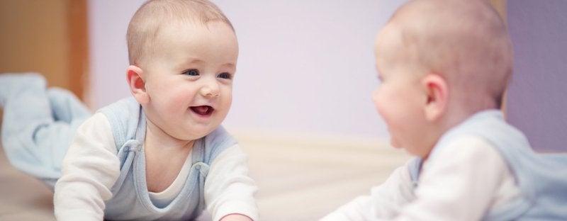 6 fördelar med att leka med din bebis framför en spegel