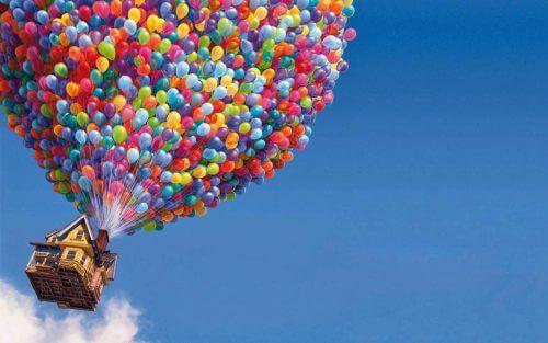 Hus som flyger med ballonger.