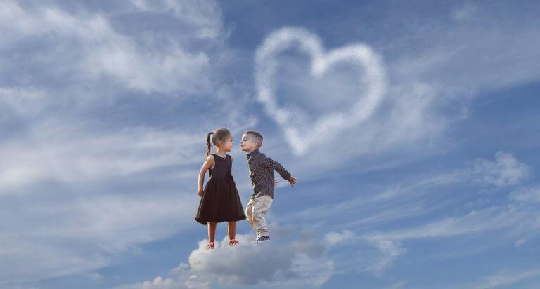 Pojke och flicka på moln.