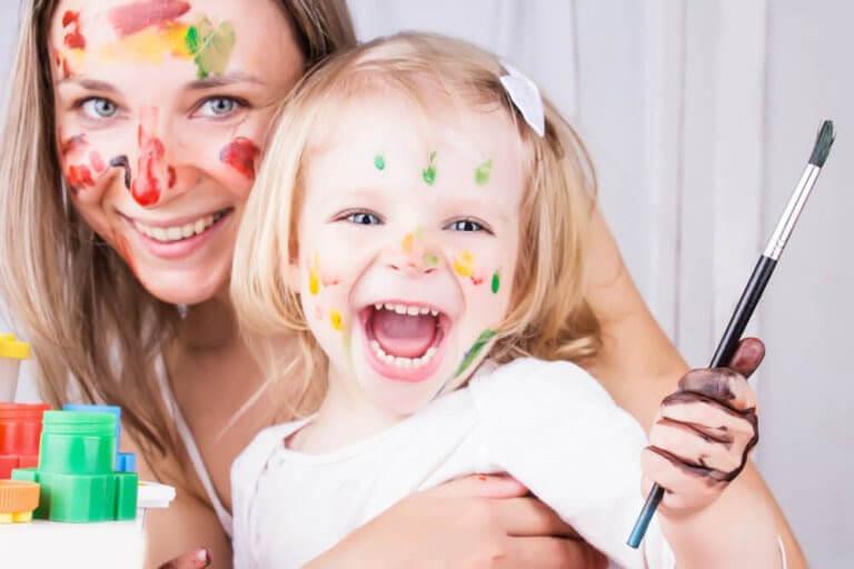 mamma och dotter har målat sig i ansiktena