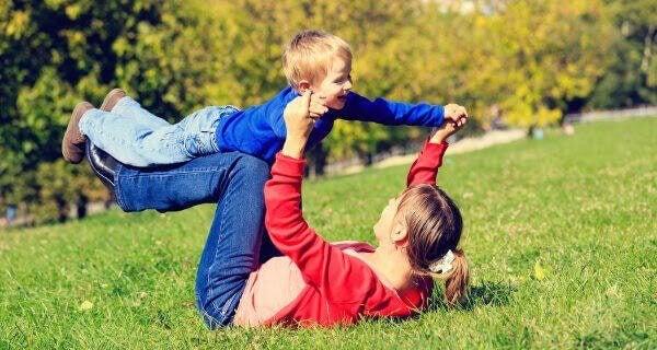 mamma och barn leker