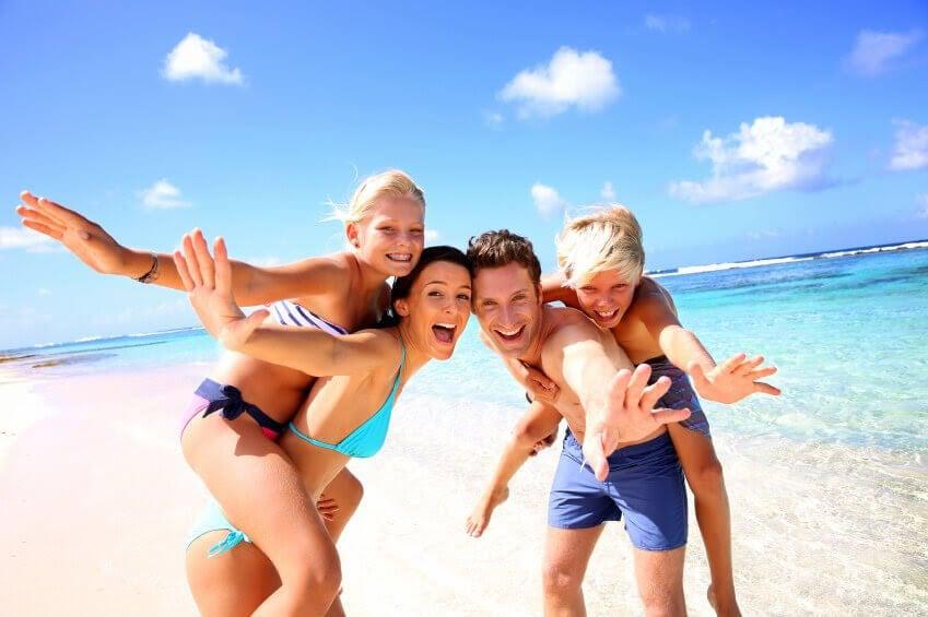 glad familj på strand