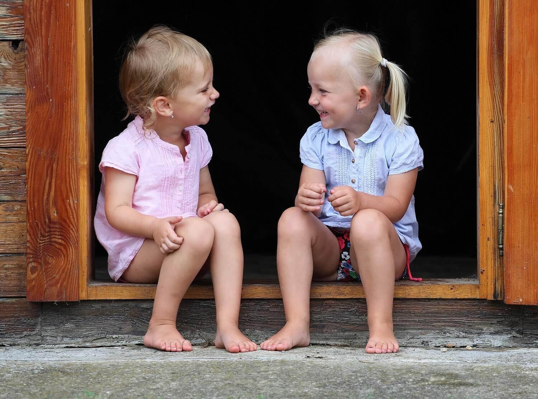 två barn pratar