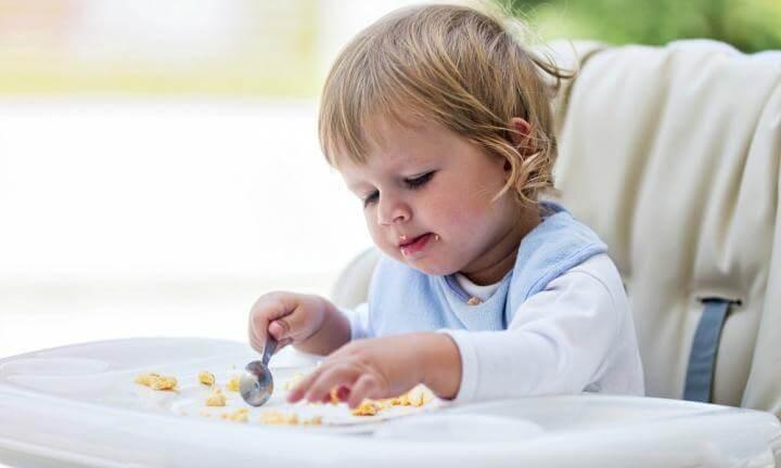 småbarn äter