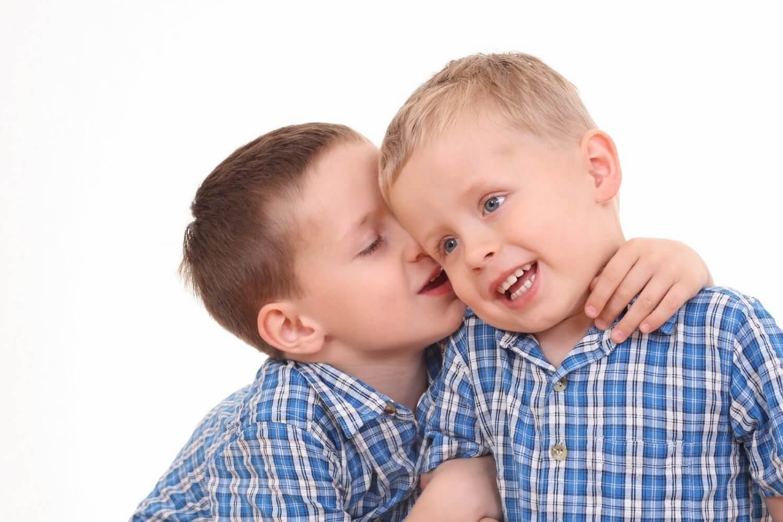 barn viskar i ett annat barns öra