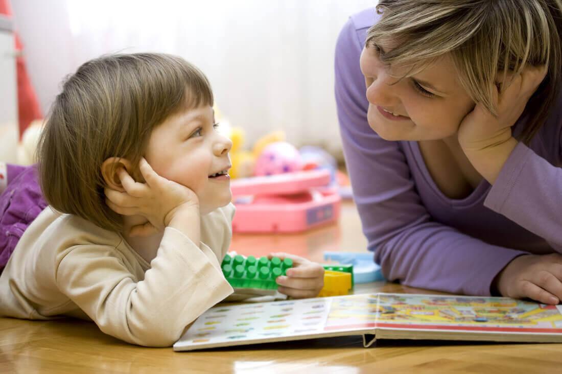 pojke och kvinna diskuterar över en bok