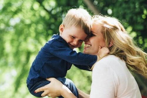 positivt föräldraskap: mamma och barn leker
