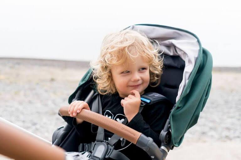 glad flicka i barnvagn