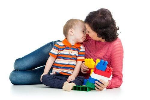 bästa lekarna: mamma och son leker med lego