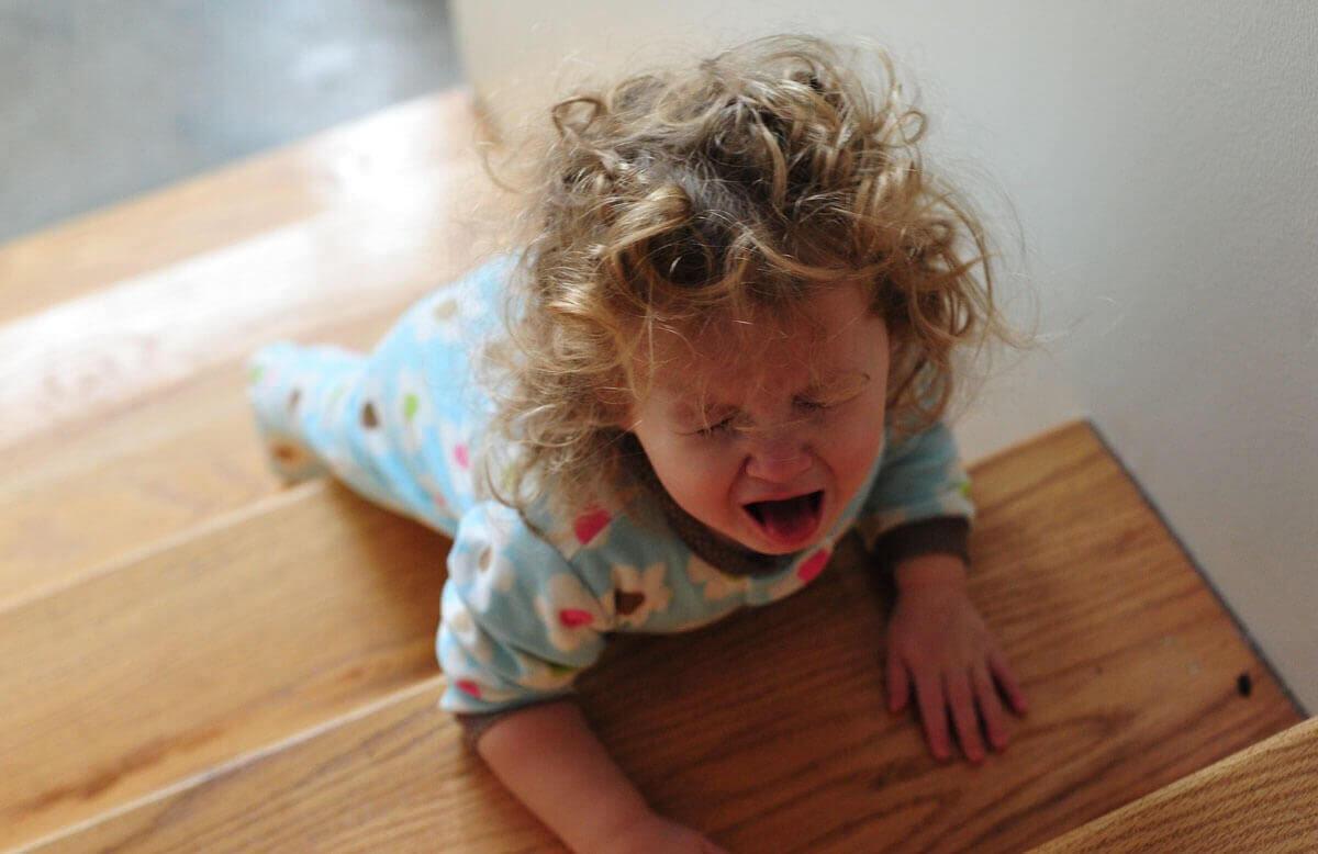 Barn har raseriutbrott i trappa