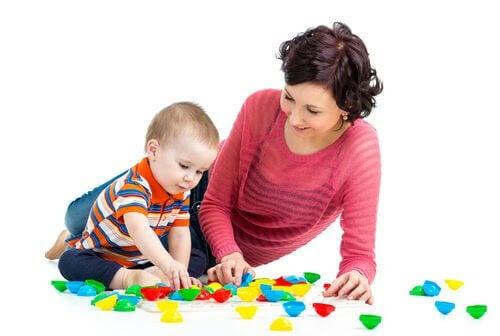mamma och baby leker med leksaker