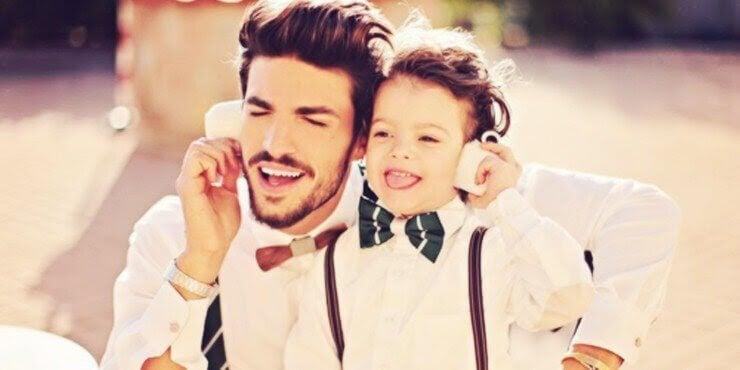 pappa och barn lyssnar på musik i hörlurar tillsammans