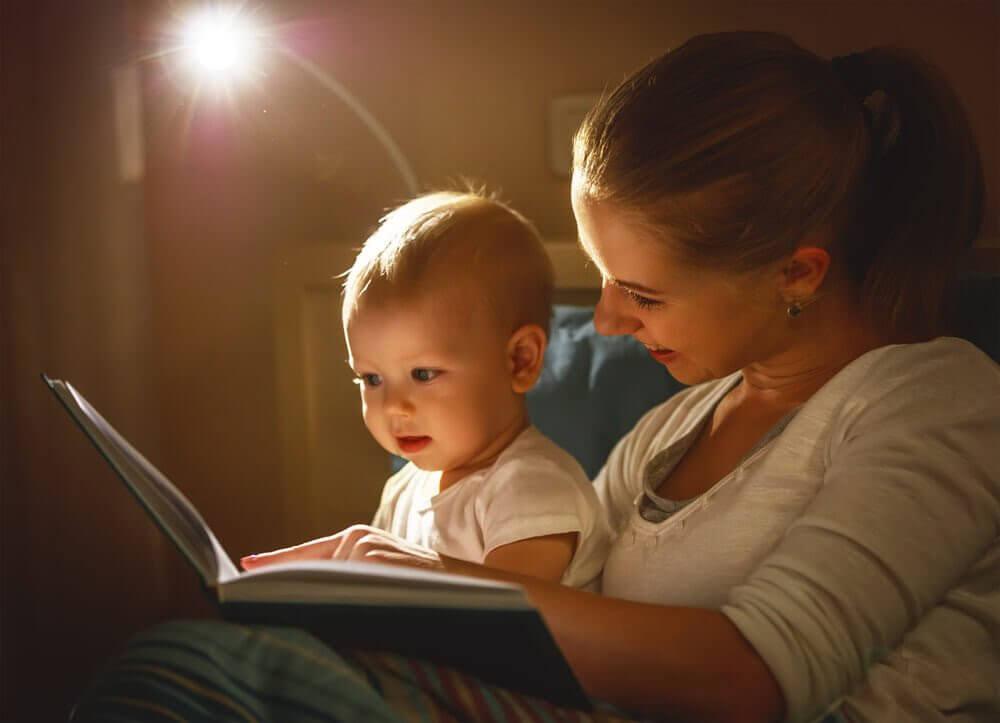mamma och baby tittar i bok