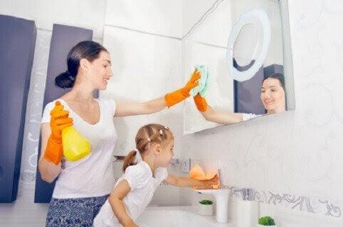 mamma och barn städar i badrummet