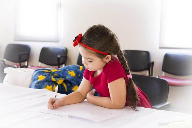 flicka jobbar med skolarbete