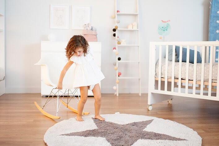 Flicka leker i rummet