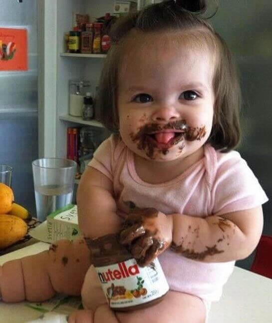 kladdig bebis med nutellaburk