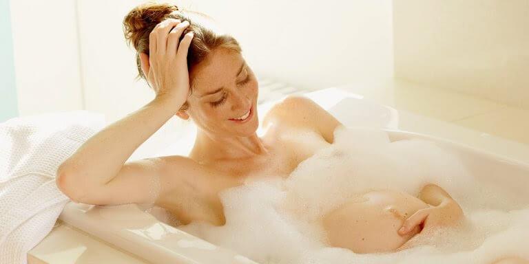 gravidfotografering: gravid kvinna i badet