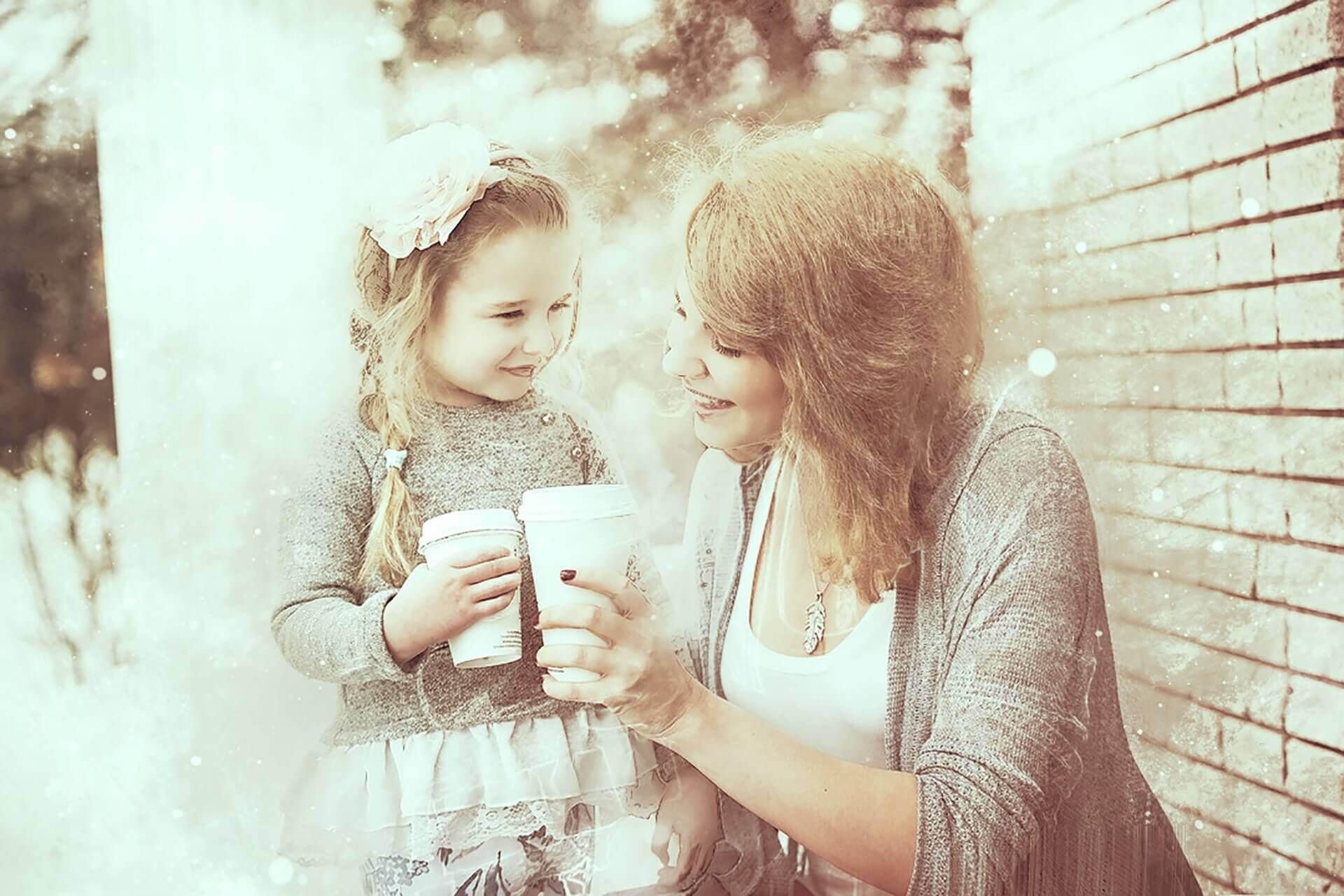 mamma och dotter skålar med kaffekoppar