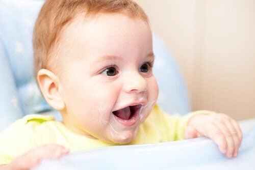 Kan jag ge min bebis yoghurt att äta?