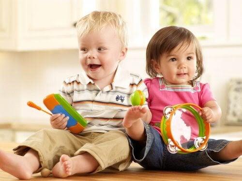 Positiva stimuli kan aktivera ditt barns minne: två bebisar leker med leksaker