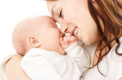 mamma och baby gosar