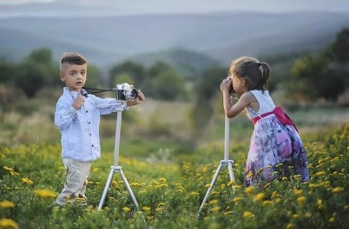 pojke och flicka tar kort på varandra