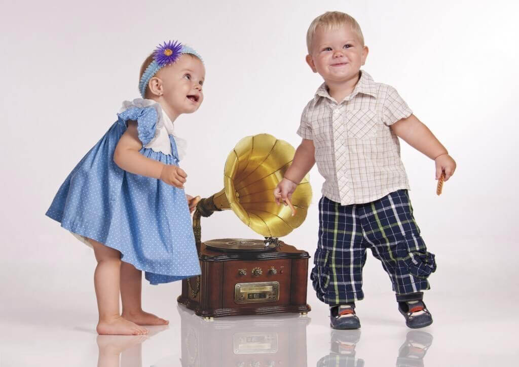 två små barn dansar vid gammeldags grammofon