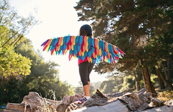 flicka med färgglada vingar