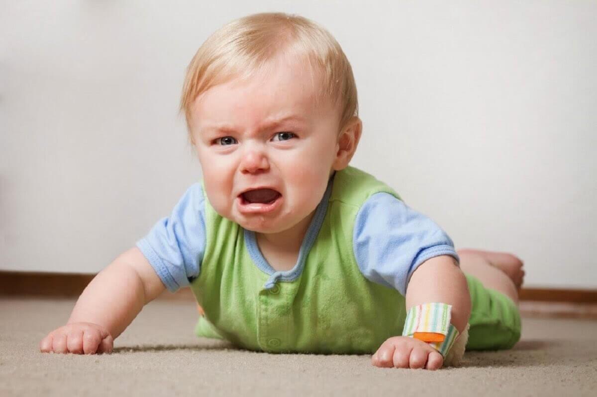 arg och ledsen bebis