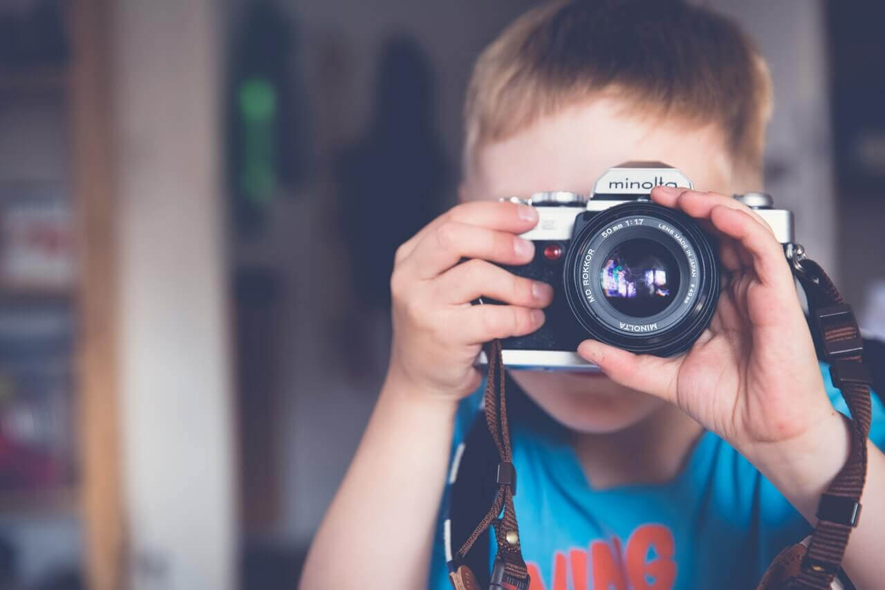 barn tar kort med kamera