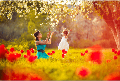 positivt föräldraskap: mamma och barn leker på äng
