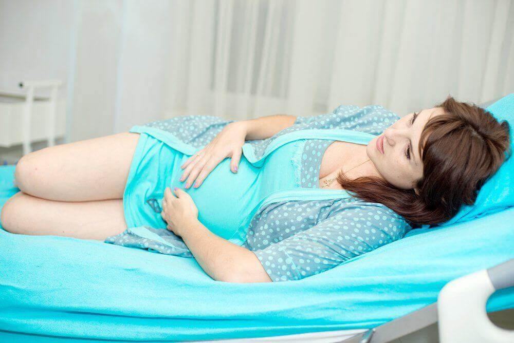 gravid kvinna i sjukhussäng