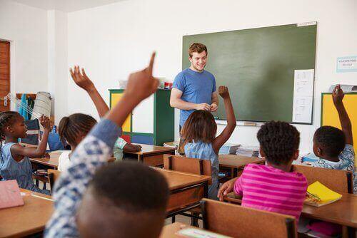 Barn som räcker upp handen.