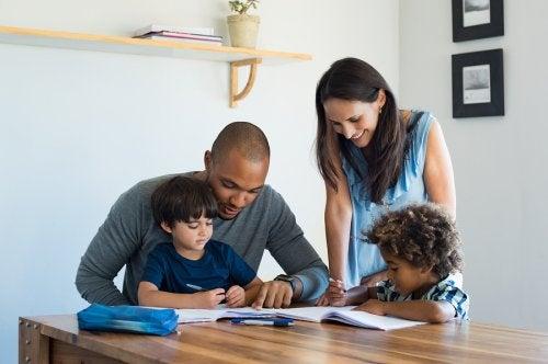 Barn kan i vissa situationer få bo i familjehem.