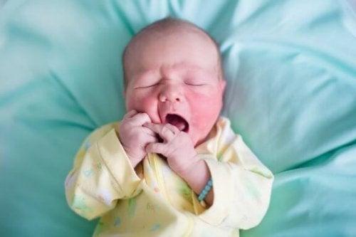 Vad orsakar flagnande hud hos nyfödda?