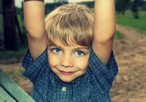 En pojke som leker.