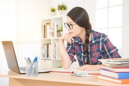 Kvinna framför sin laptop.