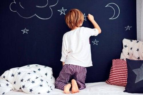 Ett barn i nattkläder.