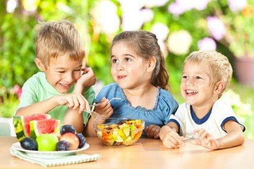 barn äter nyttigt mellanmål