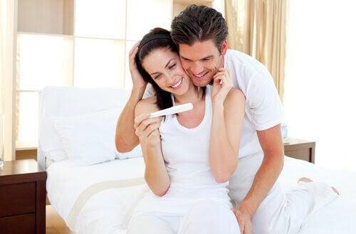 Kvinna och man tittar på graviditetstest