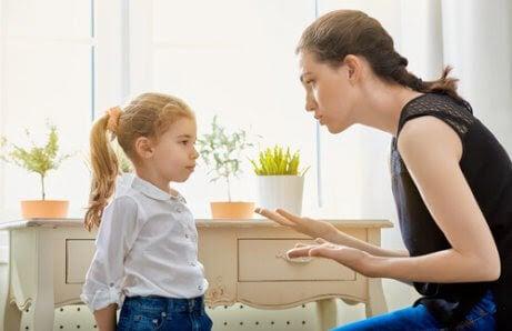 Ömsesidig respekt: mamma grälar på dotter