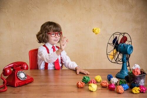 Wits-metoden: barn leker med pappersbollar och fläkt