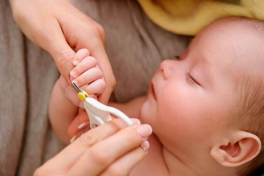 någon klipper naglarna på sovande baby